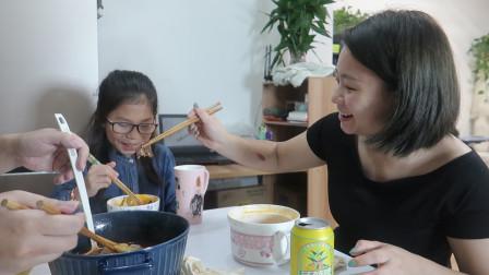 """妈妈偷懒不想做饭,煮大锅""""火锅面"""",有肉有菜,一家人吃超幸福"""