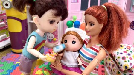 邻居家阿姨把小宝宝托付给芭比照顾,小七陪宝宝玩玩具还恐龙当礼物
