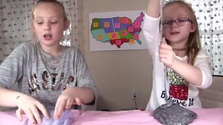 国外少儿时尚,小萝莉和妹妹玩泡泡胶,这是怎么了呢