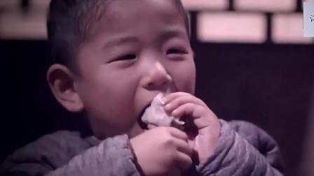 村民们终于吃上肉蛋饺子, 连蘸酱料都搜搜扣扣, 真是不容易啊~