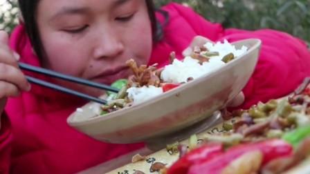 胖妹吃鸭肠太绝了!配泡椒炒上一盘,酸爽开胃差点给吃撑了!