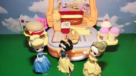 白雪和爱丽丝一起收拾玩具