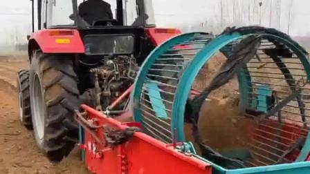 牛人发明:不知道这是哪个牛人设计的这机器,用它捡土豆太方便了,再也不怕有漏掉的了