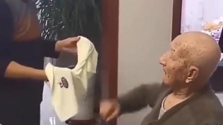 六十五岁的儿子被95岁的父亲打,儿子开心的笑出了声,这是何等的幸福啊!