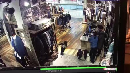 监控:熊孩子在商店里玩弄,发生事故