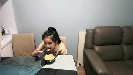 香港人的生活:香港上班妈妈为女儿做早餐,只需要3分钟就有1碗热腾腾的美食