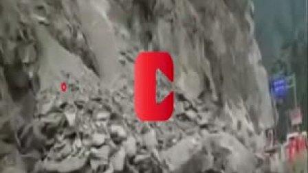 甘肃甘南国道G345多次塌方, 方量约6500立方, 等待车辆排成