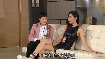 女子半躺在沙发上,请人给她刮腿毛