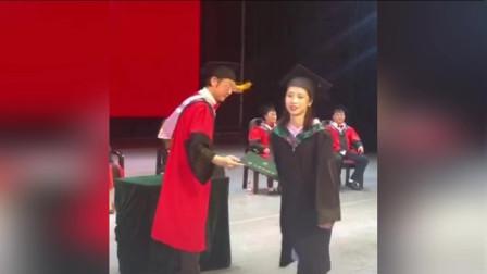 女生和院长合影后忘拿毕业证 徒留院长现场一脸尴尬