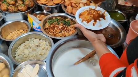 各种配料和酱汁让人眼花缭乱,印度的街头小吃口味是真的重