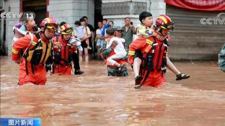 致敬!防洪度汛 趟水过河 一组图片记录雨中逆行的身影