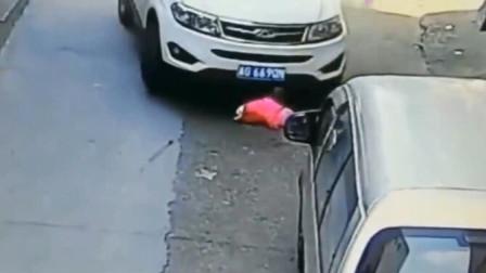 父母一时大意,导致孩子险些命丧车轮之下,回看监控家人泣不成声