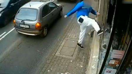 男子街头打砸店家玻璃,下一秒报应来了