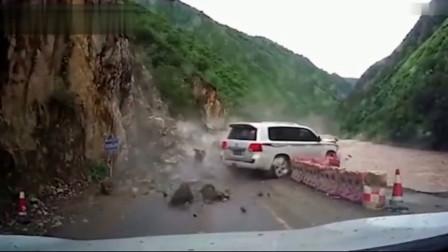 小轿车司机突然听到有异响,三秒后,果然出大事了