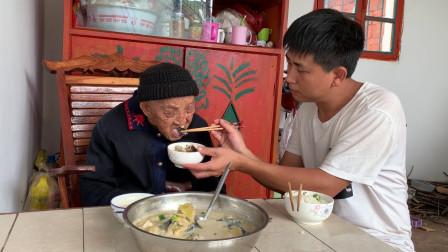 95岁老人能吃能喝,孙子给奶奶做了啥,老人吃得真过瘾