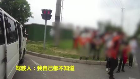 交警抓到的违章司机,小面包车超员19人,女司机:我都不知道拉这么多人!
