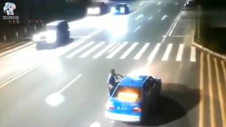 监控:摩托车这是多少的速度啊!车撞后就碎了