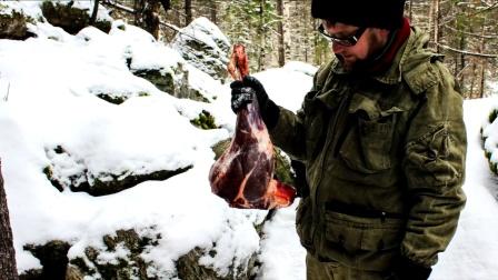 俄罗斯两兄弟,野外用天然烤箱烤熟鹿腿,吃起来是真香!