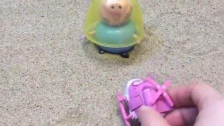 猪爸爸带着面罩出门了但大家都看到了他的脸都是猪妈妈给挠的