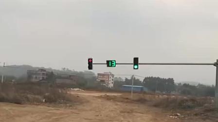 村口都装上红绿灯了,半天过一辆车,这装备是不是太奢侈了!