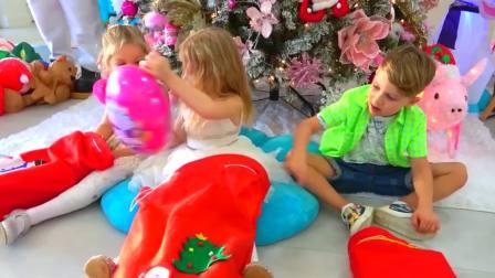 美国儿童时尚,爸爸和萌娃一起为圣诞节准备礼物,在家里玩游戏