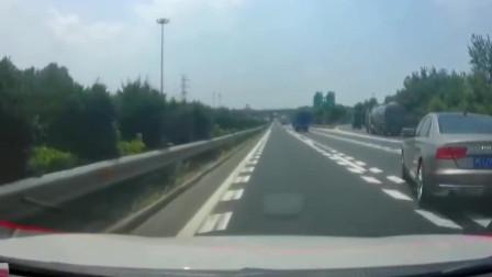 行车记录仪:奥迪高速上急刹变道,造成后车追尾后扬长而去