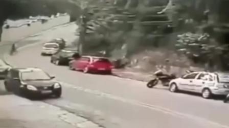 监控:两名美女骑机车摩托,弯道飙车