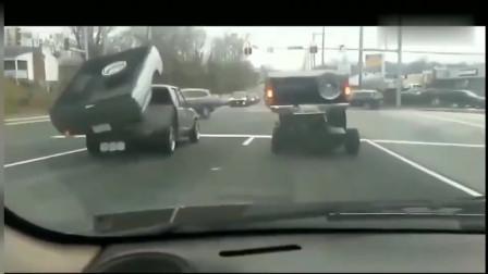 行车记录仪:在等红灯的时候前面两辆车斗舞,还以为是汽车人要变身了!