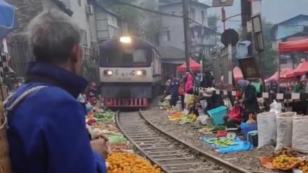 最有特色的菜市场,铁轨旁边全是蔬菜水果,火车就这样过去了!