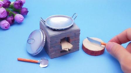 用小砖头砌一个迷你灶台,利用易拉罐变废为宝做出厨具,配套齐全