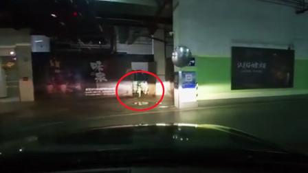 鸡皮疙瘩掉一地!停车场停车时突然看见一个小孩灵体