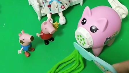 乔治肚子饿了,让小猪佩奇给自己做饭,不料佩奇不会做