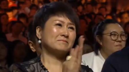 李雪健颁奖典礼高光时刻:获奖上台致词,张凯丽台下哭的稀里哗啦