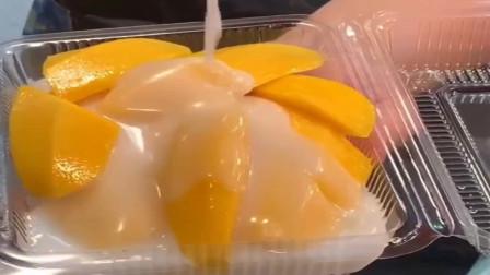 街头特色小吃:芒果加上粘粘的糯米饭,再浇上椰浆,这种搭配棒!