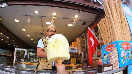 """土耳其""""网红冰淇淋"""",小伙瞬间张嘴吃掉,网友:老板也被套路了"""