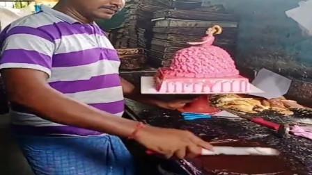 印度西饼店老板亲手制作芭比娃娃蛋糕,栩栩如生的人物形象真好看!相信味道也不错