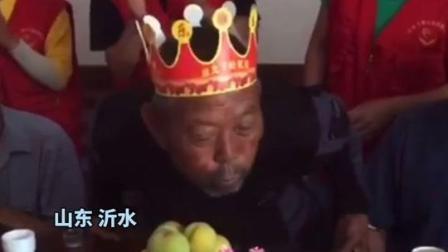 72岁的谢爷爷第一次过生日,志愿者们邀请了同村老人,一起来包饺子吃蛋糕。谢爷爷,生日快乐!(大米video)