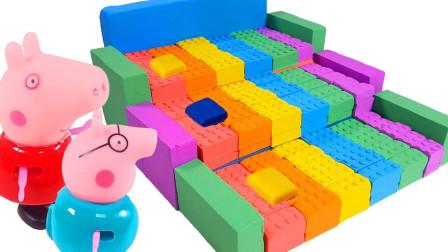 小猪佩奇为芭比娃娃搭建手工太空沙城堡,粉红猪小妹玩具动画片