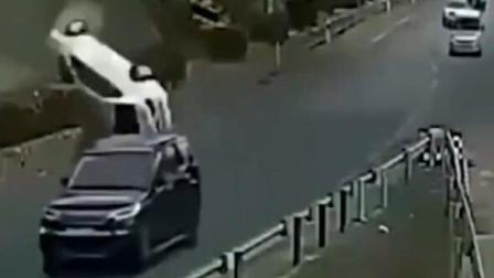 """白色轿车""""人仰马翻"""",监控拍下凶手的所作所为,必须严惩"""
