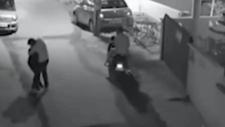 女子下夜班回家,在小巷里碰到猥琐男,监控拍下她的无助