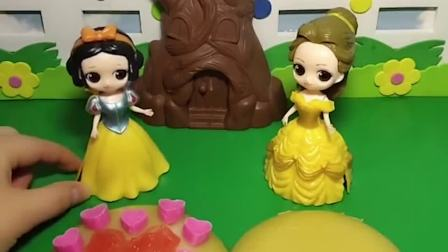 白雪和贝儿在做果冻布丁,白雪把果冻布丁上装饰了很多巧克力,贝儿也想要!