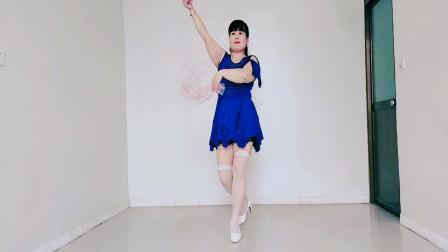 草原情歌广场舞《溜溜的姑娘像朵花》她让我情不禁悄悄爱上了她