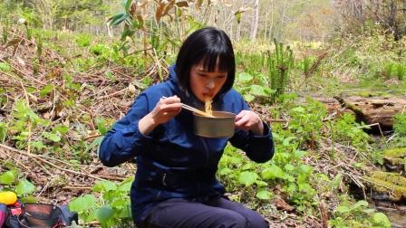 日本姑娘独自一人徒步荒野,摘野菜煮泡面吃,为什么我打心底羡慕