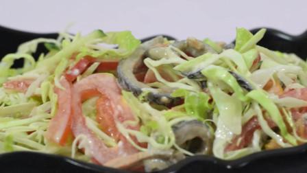 减肥餐:1根黄瓜,半个包菜,简单的蔬菜沙拉,清爽美味,低热量
