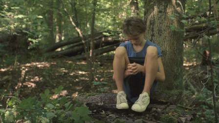 假小子:米克的真实性别被伙伴们知道了,自己跑到树林里自闭