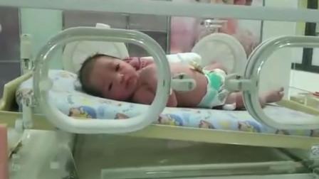 刚出生3小时的宝宝,睁着大眼查看周围环境,网友:真是机灵啊
