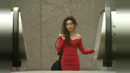 红色的包臀裙搭配肉色的丝袜,这样的温碧霞格外迷人
