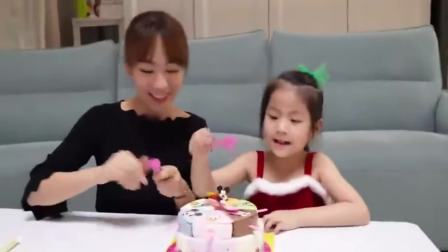 国外少儿时尚,和萌宝一起吃圣诞蛋糕,你喜欢吗