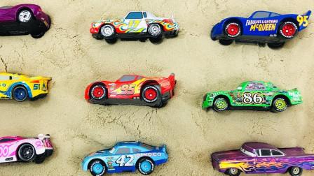 迪斯尼汽车正在沙盒里做匹配!学习颜色!童谣