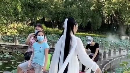 公园偶遇一个古装美女,小姐姐这气质太好了,瞬间把我拉到了唐朝盛世!